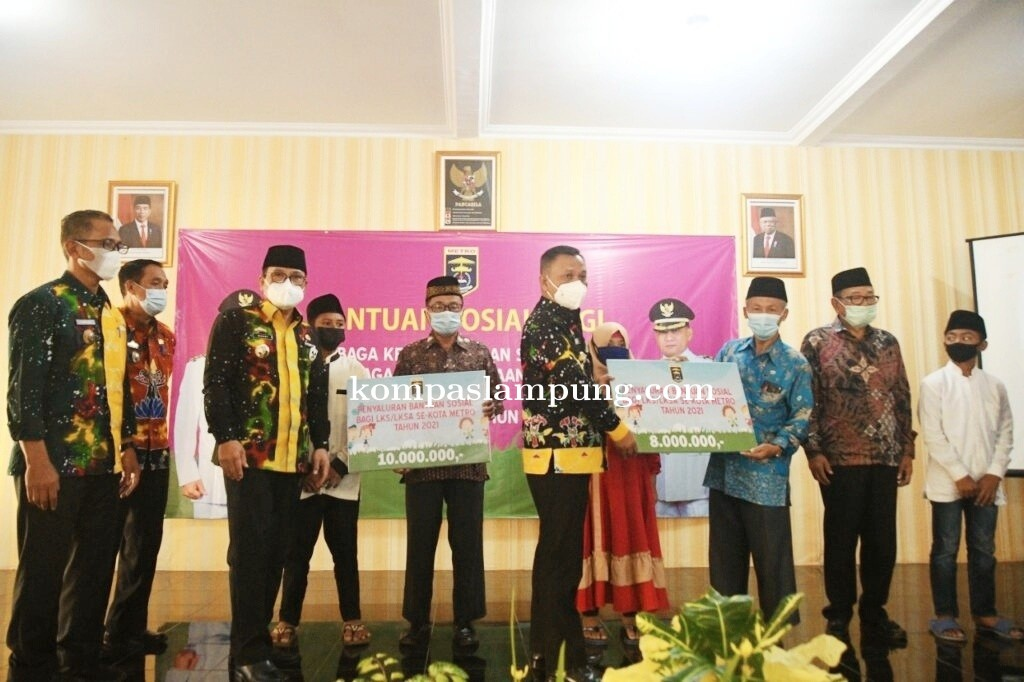 Penyerahan Secara Simbolis Bantuan Sosial LKS dan LKSA oleh Walikota Metro