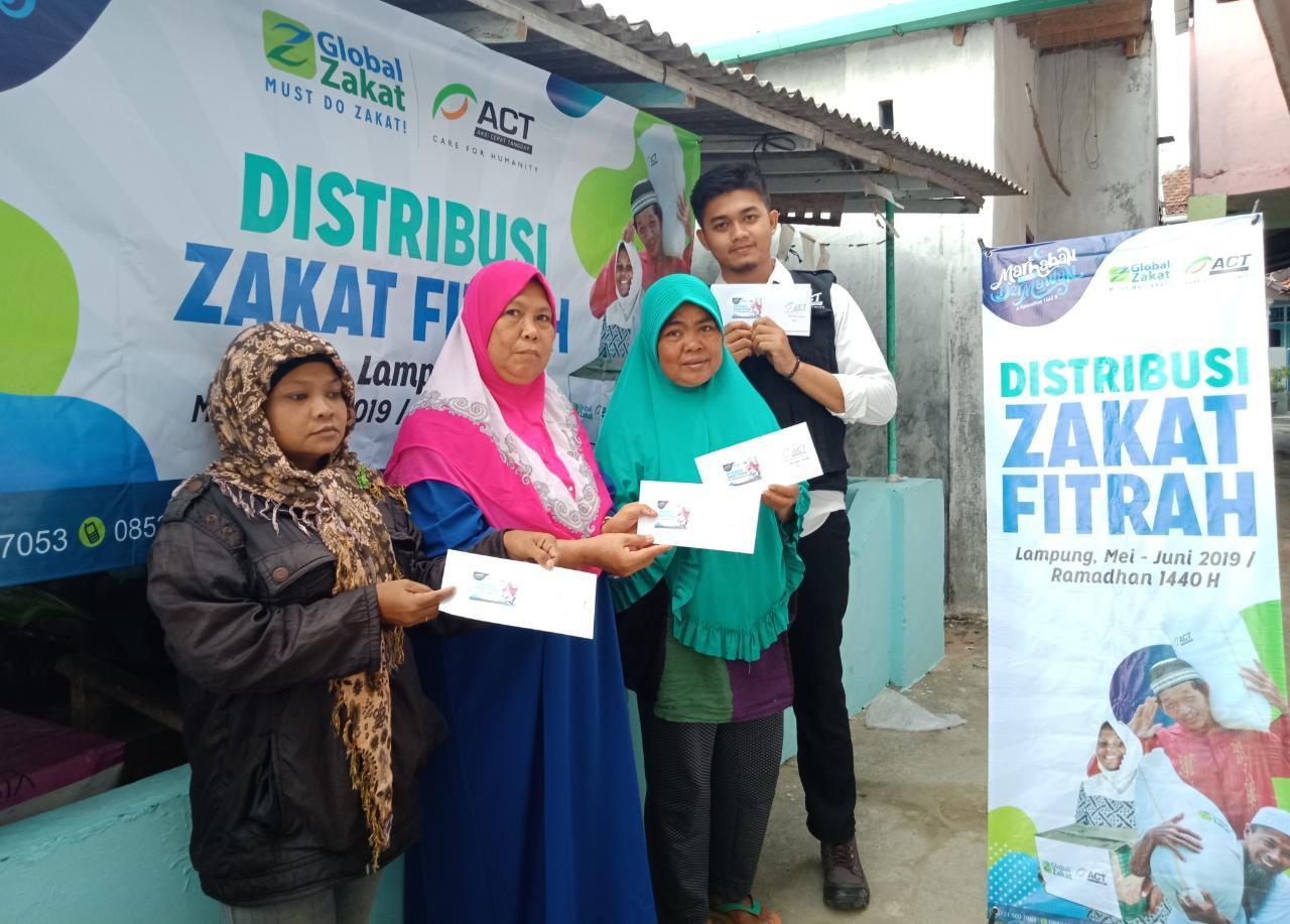 ACT Lampung Bagikan Zakat Fitrah Ke Warga Pesisir Bandar Lampung