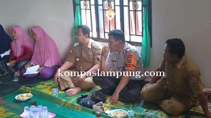 Camat Mesuji Bersama 4 Petugas Kecamatan, Melakukan Sosialisasi Kepada Masyarakat Penerima PKH