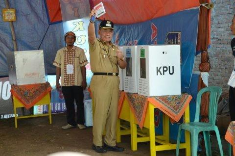 Usai Menyalurkan Hak Pilihannya di TPS 13 Kelurahan Yosodadi, Djohan Langsung Memantau Pemilu