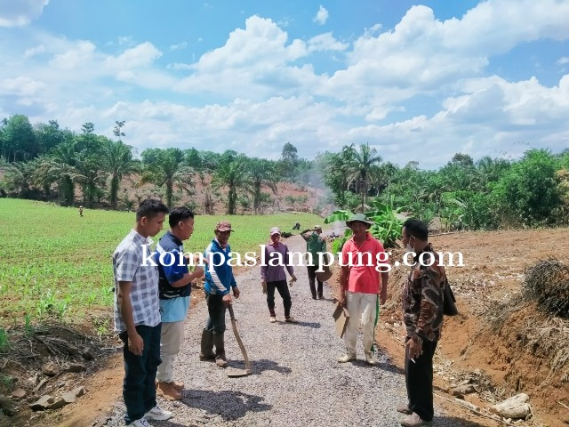 Desa Negeri Campang Jaya  Lanjutkan Pembangunan Jalan Lapen