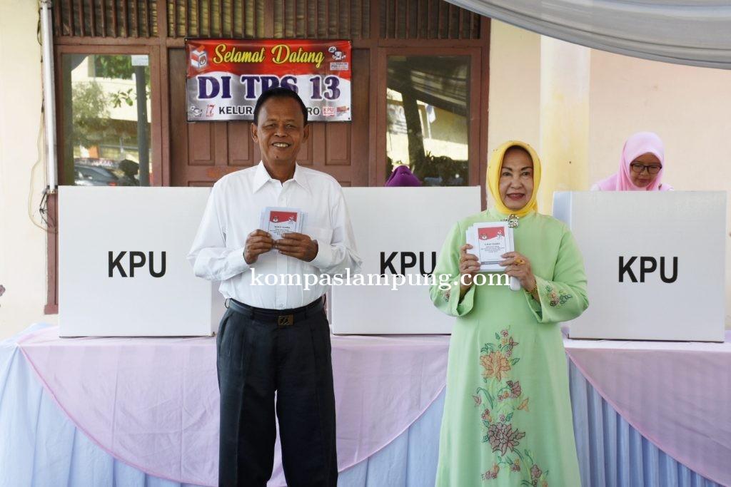 Walikota Pairin Gunakan Hak Pilihnya di TPS 13 Metro Pusat