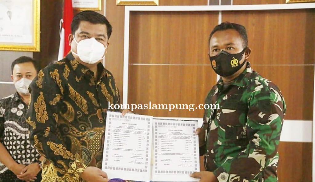 Penandatanganan Naskah Serah Terima Hasil Pelaksanaan Karya Bakti TNI Kodim 0411/KM TA 2021