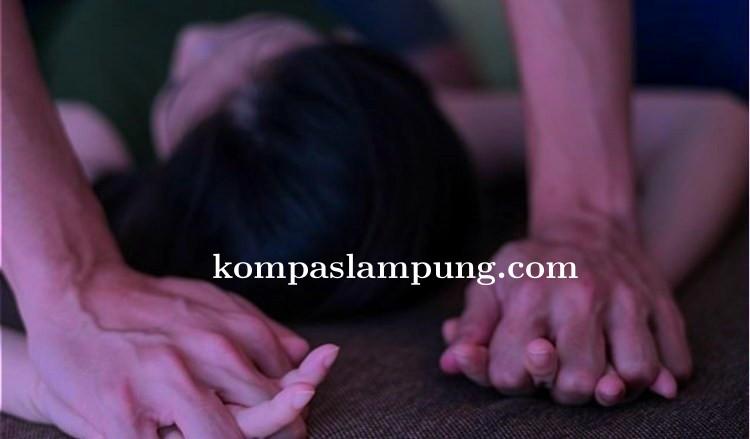 Pria Beristri Nekat Tunggangi Gadis 17 Tahun Di Samping Orang Tuanya Yang Sedang Tidur