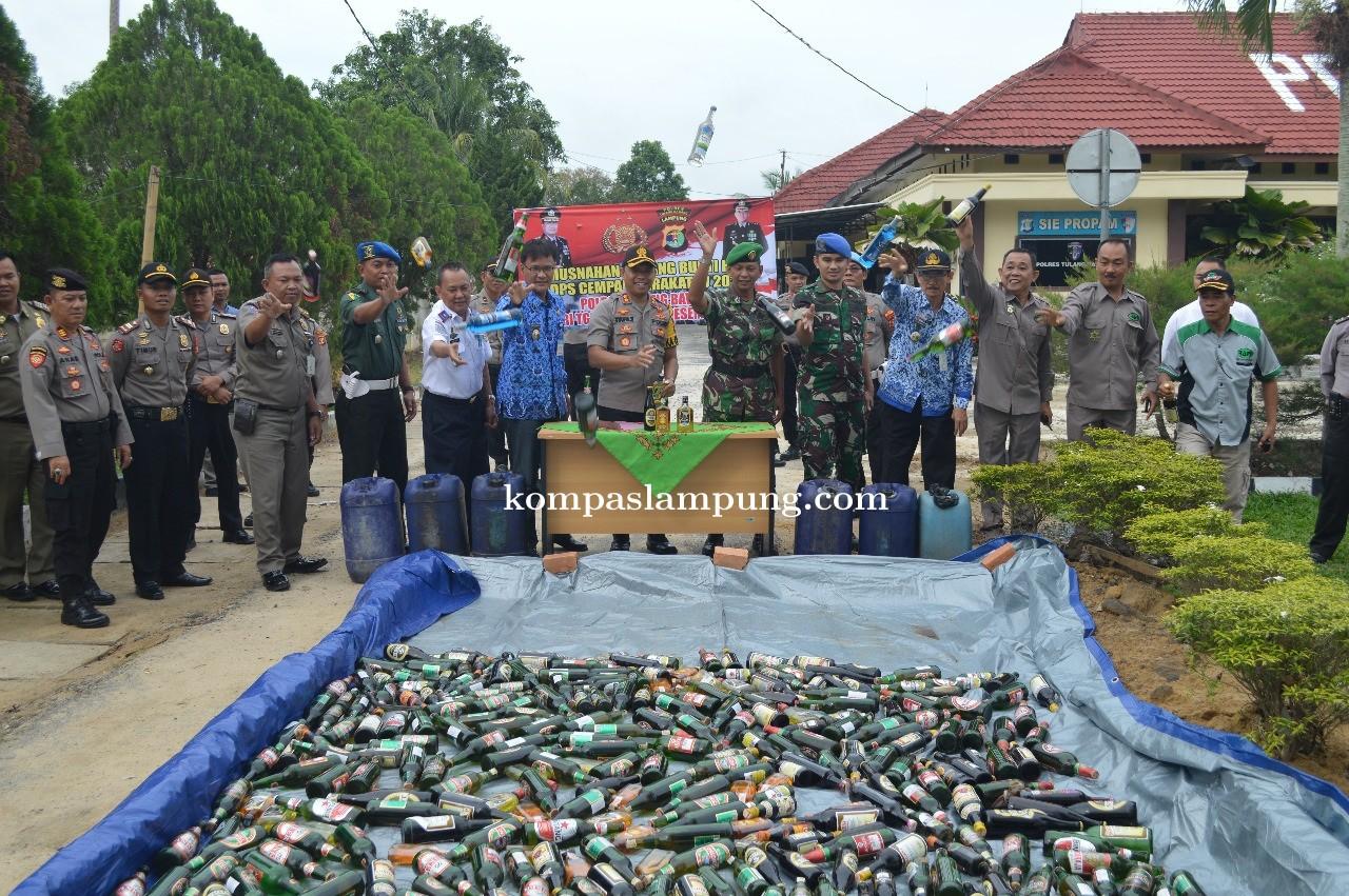 Jelang Natal 2019 Dan Tahun Baru 2020,  Polres Tulang Bawang Musnahkan Ratusan Botol BB Miras