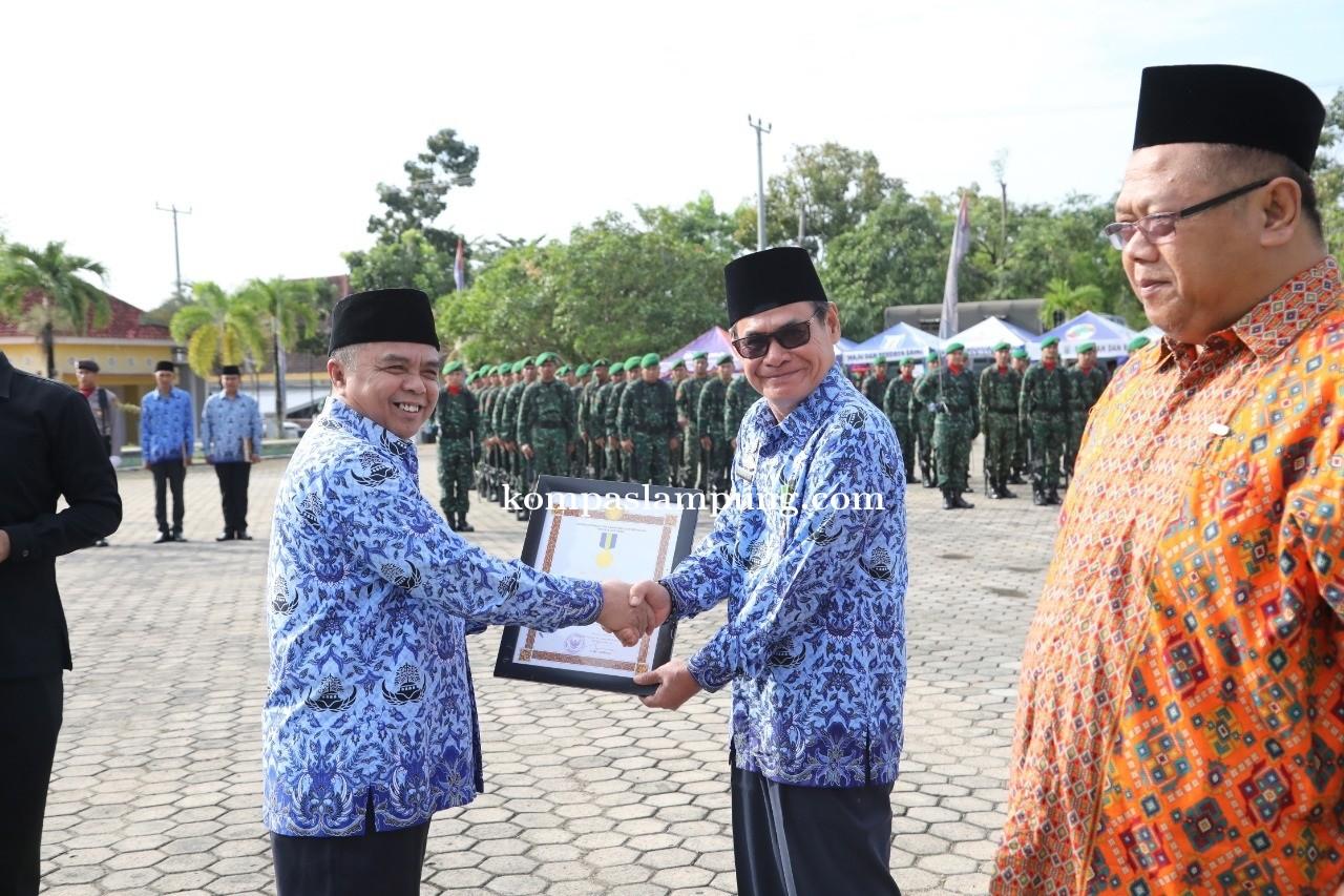 Kepala Dinas Koperasi dan UKM Kabupaten Way Kanan Terima Penghargaan Lencana Karya Bhakti Koperasi