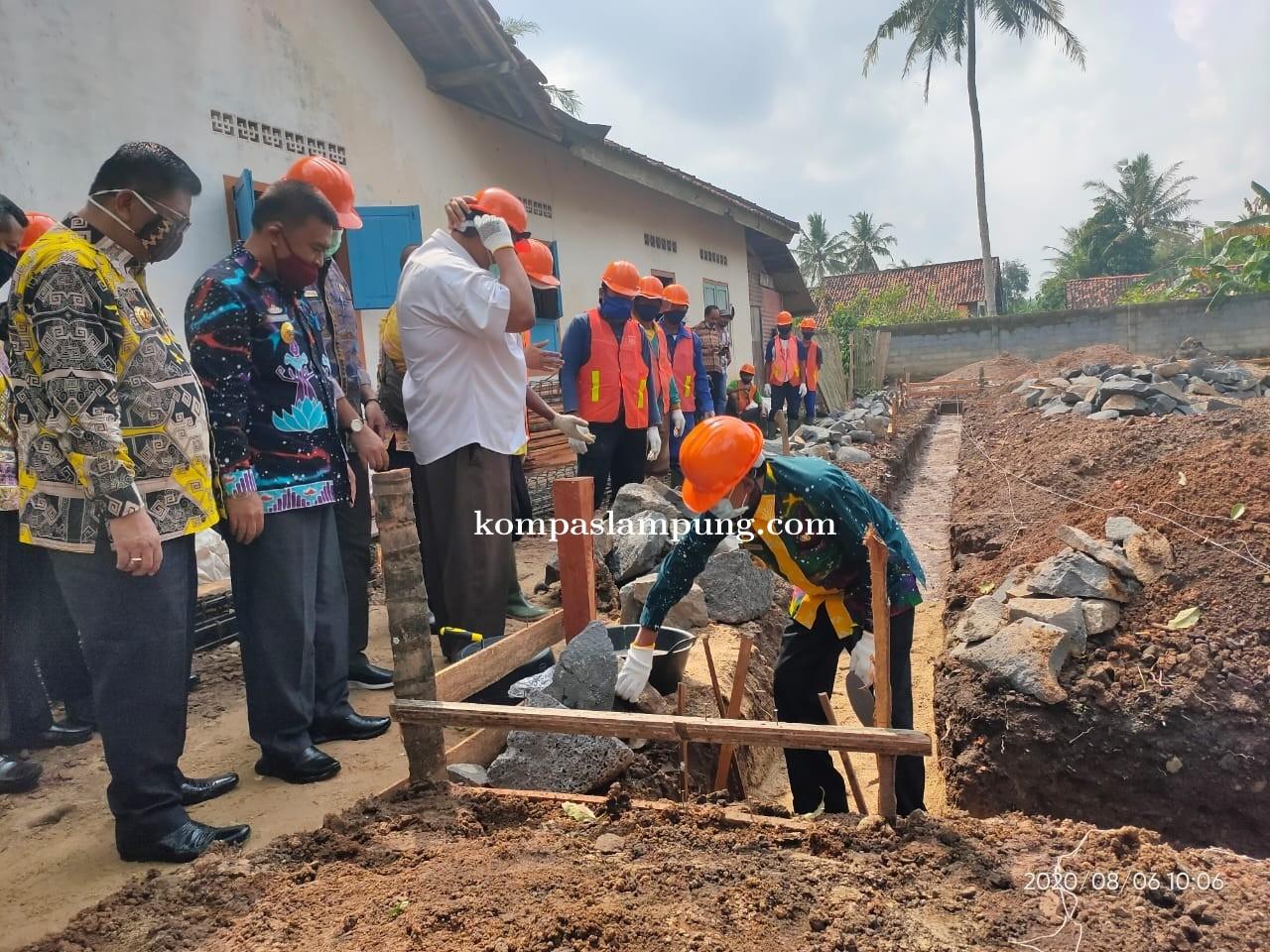 Ahmad Pairin Pletakan Batu Pertama Pembangunan KSM Produksi Abon Lele Di Kelurahan Margodadi