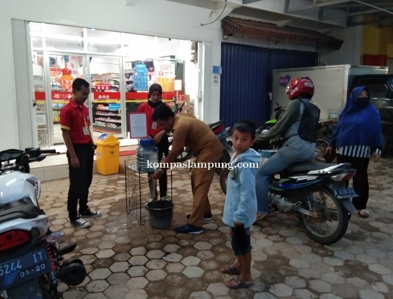 Bupati Mesuji Saply TH Menghimbau Seluruh Pertokoan Minimarket DLL Menyediakan Tempat Cuci Tangan