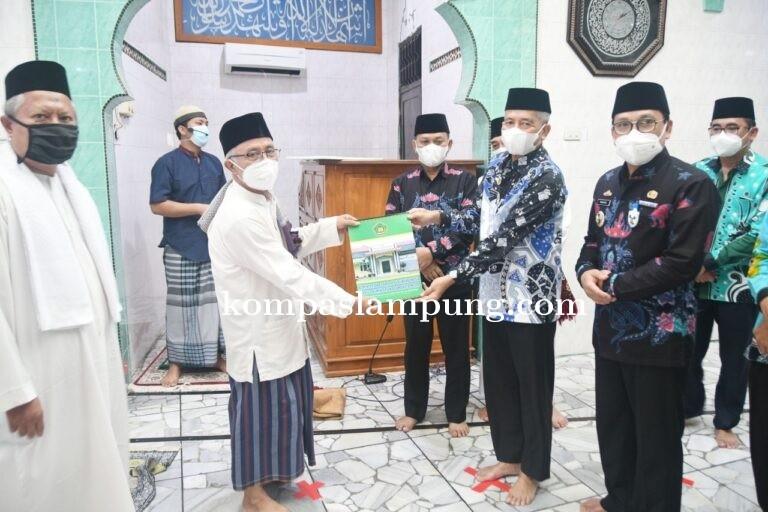 Wahdi Salurkan Bantuan Rumah Ibadah Di Masjid Al-Jihad
