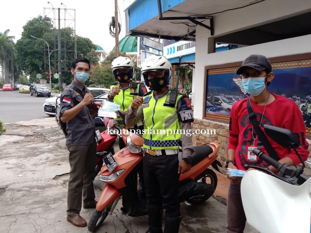 Program Jumat Berkah SMSI Bagikan Ribuan Masker Di Kota Metro