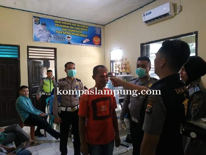 Pencegahan Virus Covid-19 Satlantas Porles Mesuji Mengecek Suhu Tubuh Masyarakat Yang Akan Buat SIM