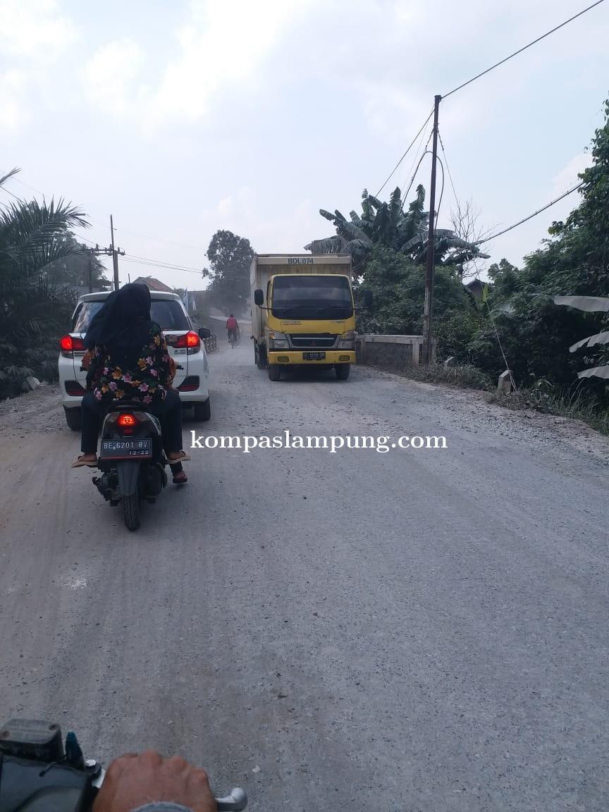 Warga Metro Kibang Keluhkan Debu Perbaikan Jalan Lintas Antar Kabupaten