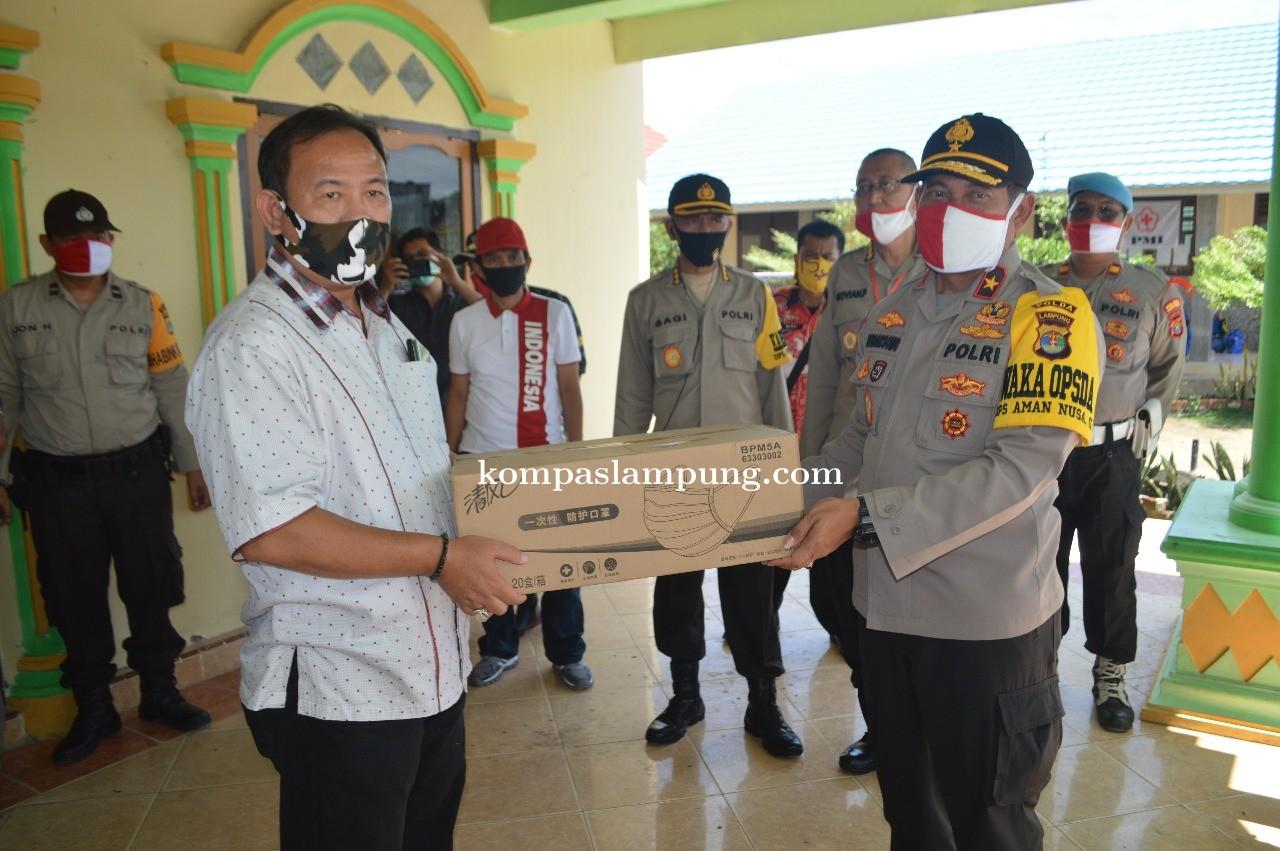 Wakapolda Lampung Berikan Bantuan Kepada Warga Yang Terdampak Bencana Angin Puting Beliung