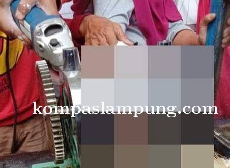 Aduh! Penjual Air Tebu Nyaris Tangannya Putus Tergilas Mesin Gilingan