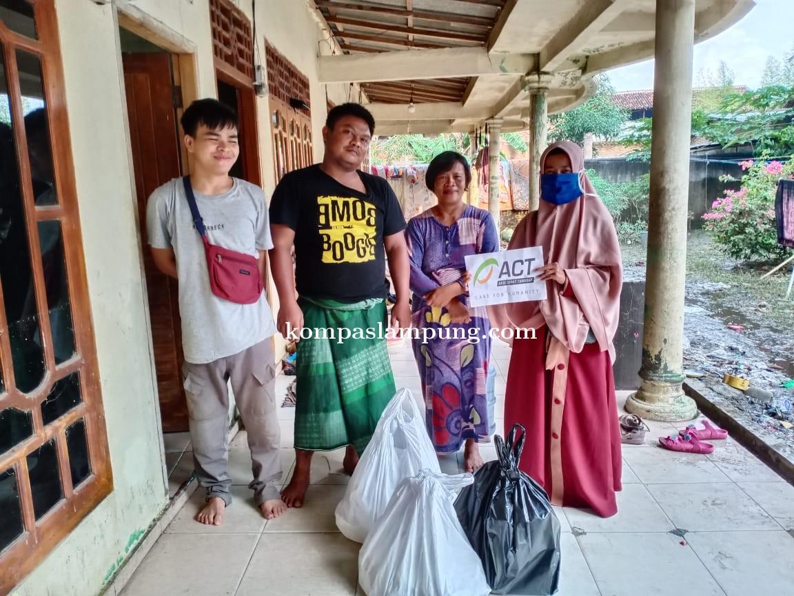 ACT Lampung Beri Bantuan Untuk Warga Terdampak Banjir Kalibalau Kencana Dan Labuhan Dalam