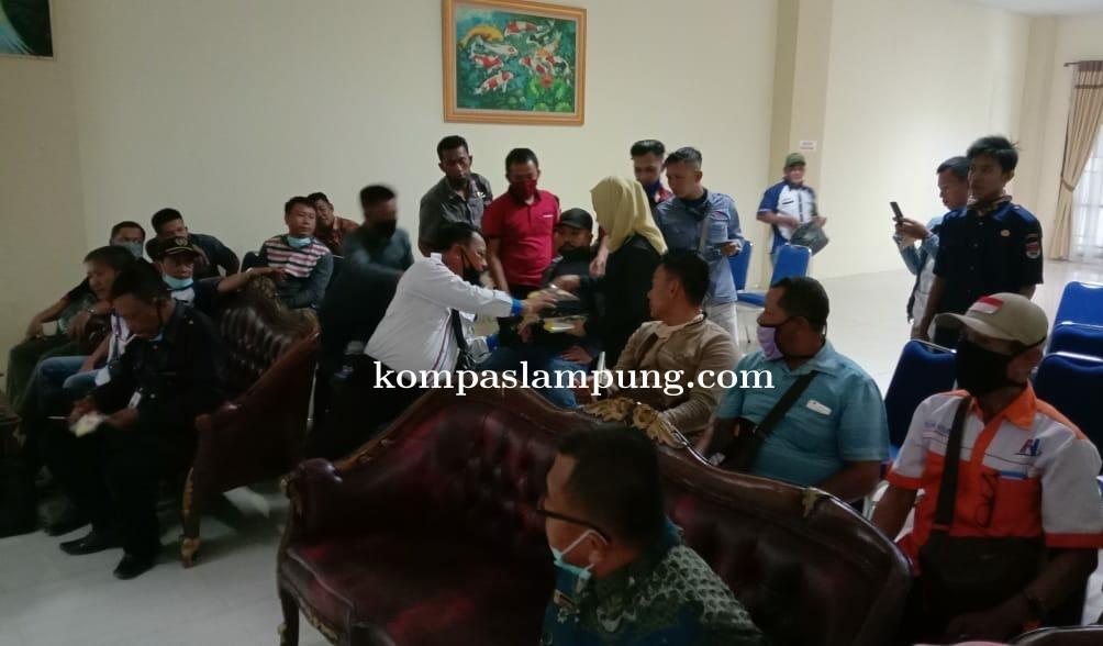 Ketua DPRD Mesuji Elfianah Khamami Bagikam Masker Kepada Teman-Teman Jurnalist
