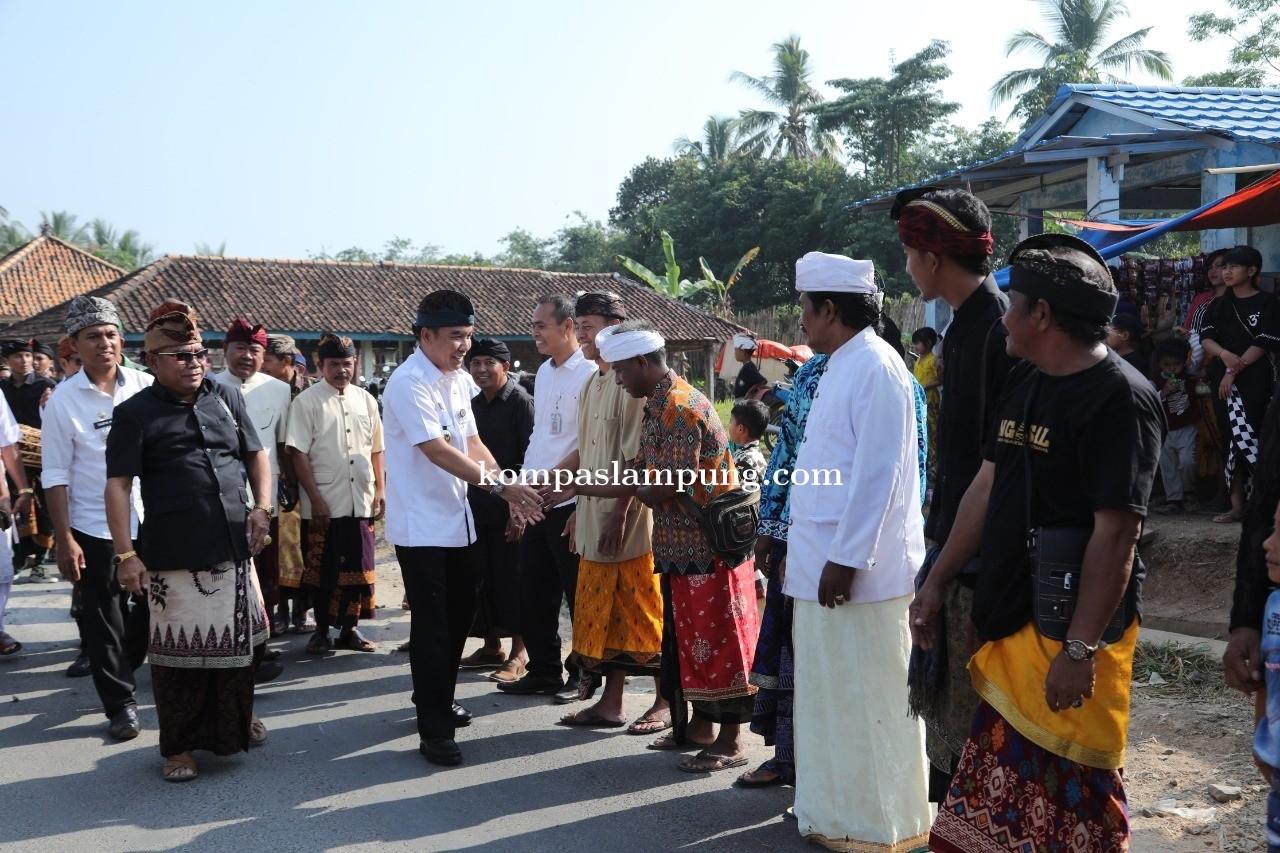 Bupati Way Kanan Hadiri Upacara Ngaben Masal Di Balai Adat Kampung Bali Sadhar Selatan