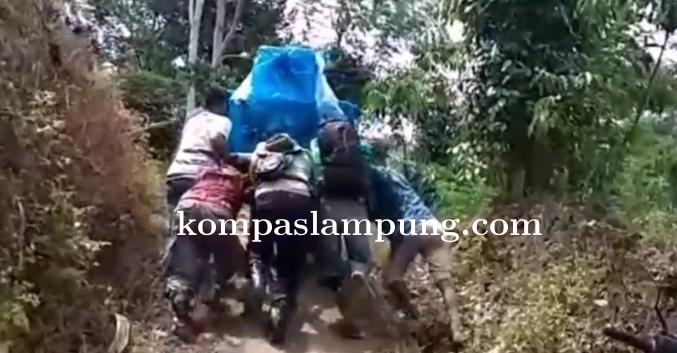 Butuh Waktu Enam Jam Petugas Distribusikan Logistik ke 2 TPS di Pegunungan Cukuh Balak