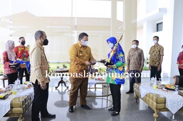 Gubernur Lampung Menyerahkan Penghargaan Pemenang Lomba Tingkat Provinsi Lampung Tahun 2021