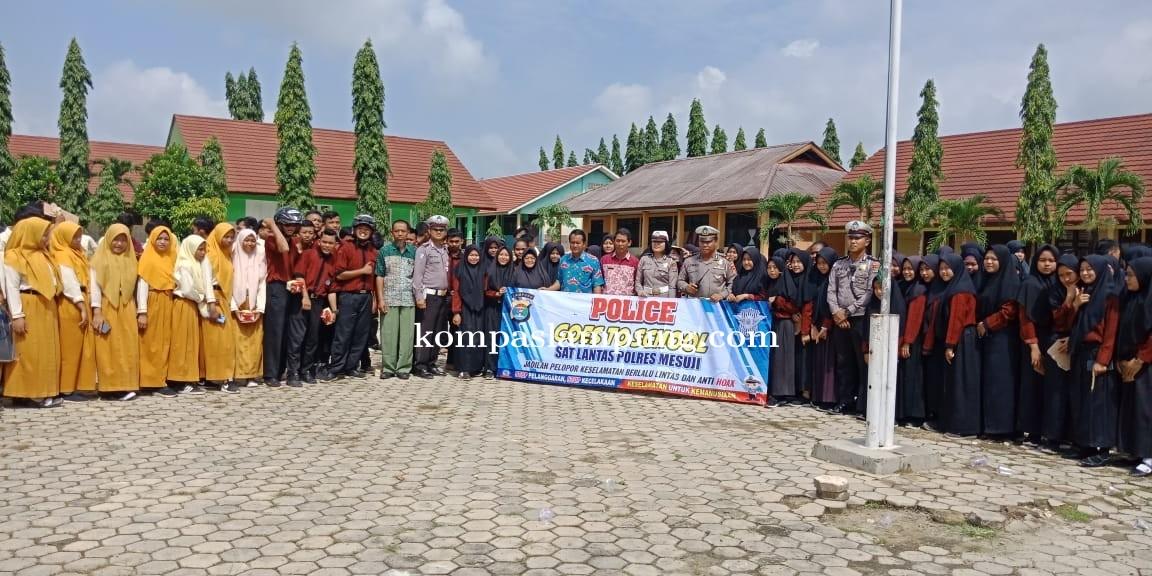 Kasatlantas Polres Mesuji Melakukan Road Show Di SMA Negeri 1 Simpang Pematang Mesuji