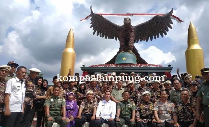 Bupati Lamteng Loekman Djoyosoemarto  Menghadiri Peresmian Monumen Transad