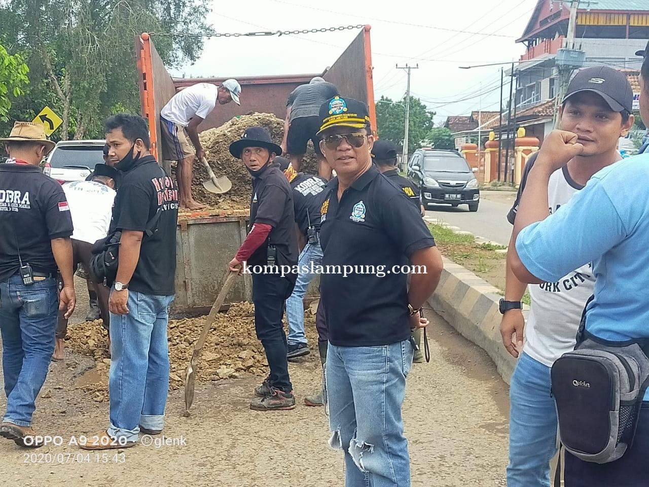 Bosan Dengan Janji, Warga Banjarsari Tambal Jalan Pattimura Secara Swadaya