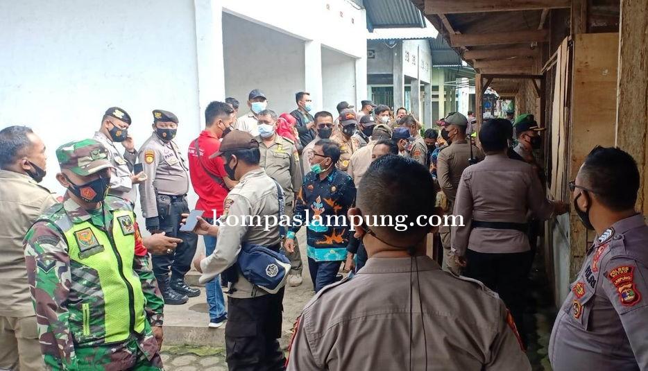 Gabungan TNI POLRI dan Pol PP Segel Lapo Tuak di Pasar Tejosari Metro Timur