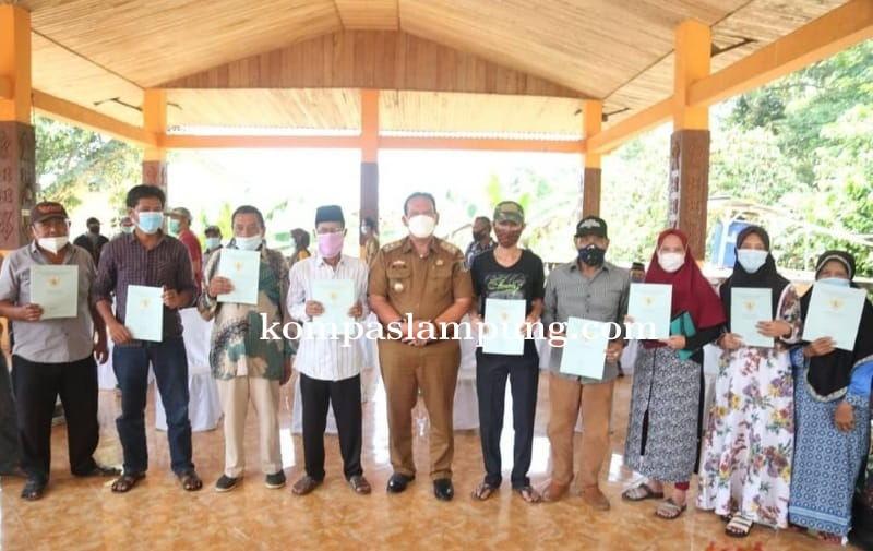 Program PTSL, Wakil Bupati Lamtim Menyerahkan Secara Simbolis Sertifikat Tanah