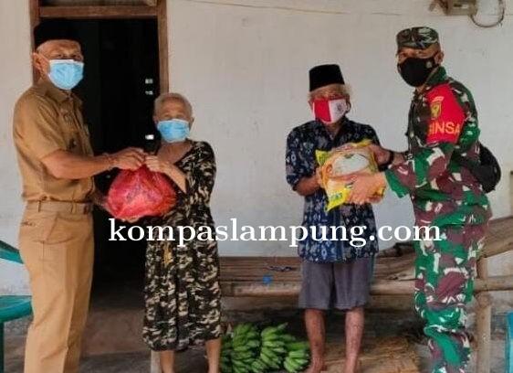 Babinsa Koramil 06/Purbolinggo Bersama Kades Tanjung Kesuma Berikan Tali Asih Sembako