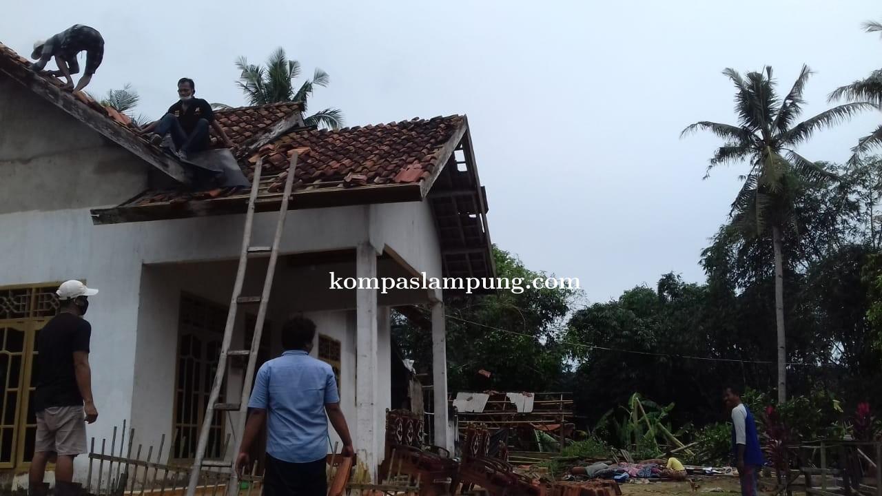 Angin Puting Beliung Rusak Puluhan Rumah  Dan 1 Rumah Ibadah