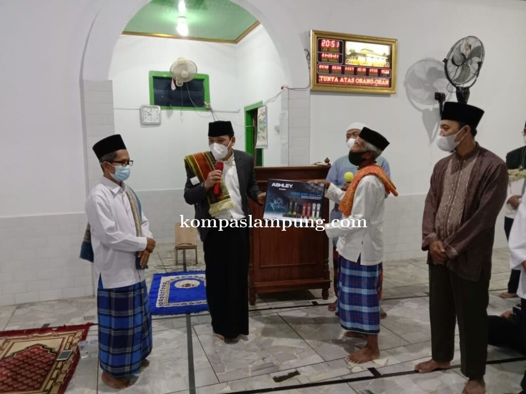 Walikota Metro Jadi Imam, Acara Penyerahan Bantuan Di Masjid At-Taufiq