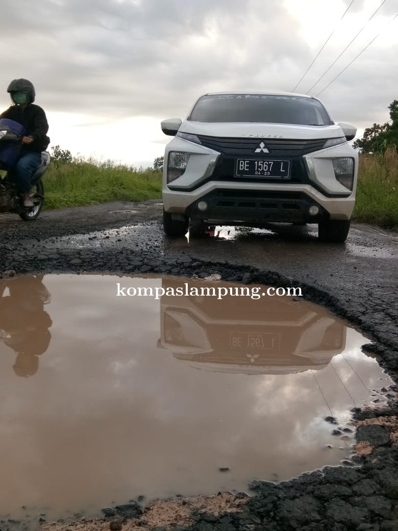 Bagian Ruas Jalan Simpang Garuda Hitam Menuju Desa Wiralaga Terlihat Nyaris Rusak Total